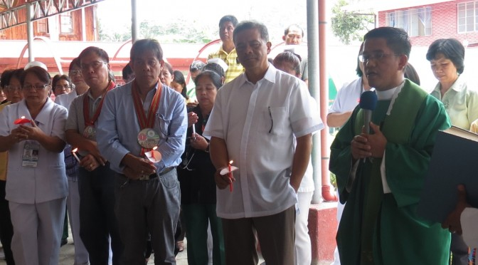 Fr. Marcs Castaňeda blessed the three-storey OPD-Ward Complex of the Bontoc General Hospital (BoGH) on July 9, 2014. Beside him are (R-L Photo) Governor Leonard G. Mayaen, and OIC Regional Director of the DOH-CAR Dr. Valeriano Jesus Lopez with the personnel of DOH and BoGH. Photo by Denis Brayl Likigan